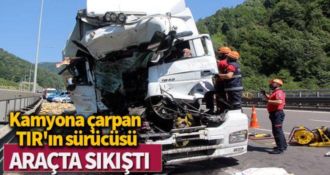 Kamyona çarpan TIR'ın sürücüsü araçta sıkıştı
