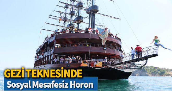 Gezi teknesinde sosyal mesafesiz horon