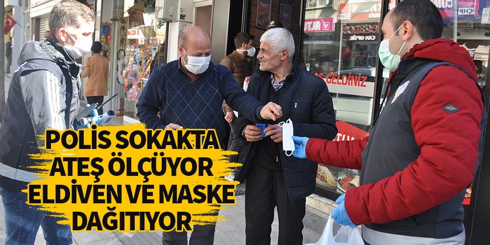 Polis sokakta ateş ölçüyor eldiven ve maske dağıtıyor
