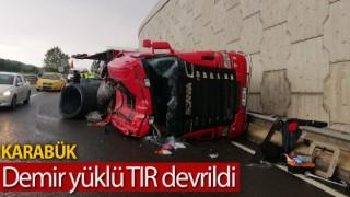 Demir yüklü TIR devrildi, sürücü yaralandı