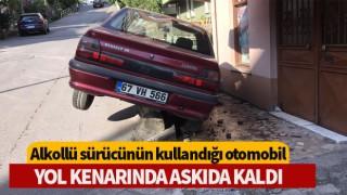 Alkollü sürücünün kullandığı otomobil yol kenarında askıda kaldı