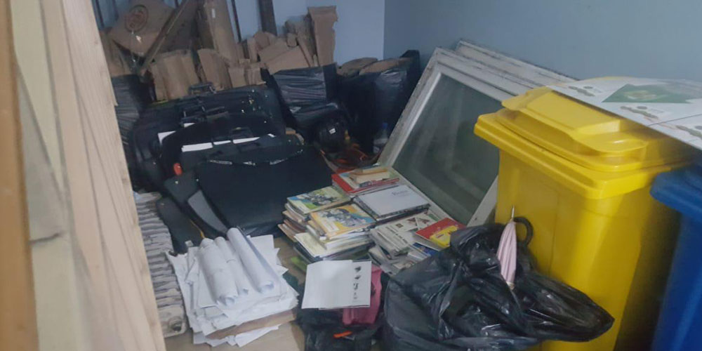 Öğrencilerin eşyaları merdiven boşluğuna atıldı