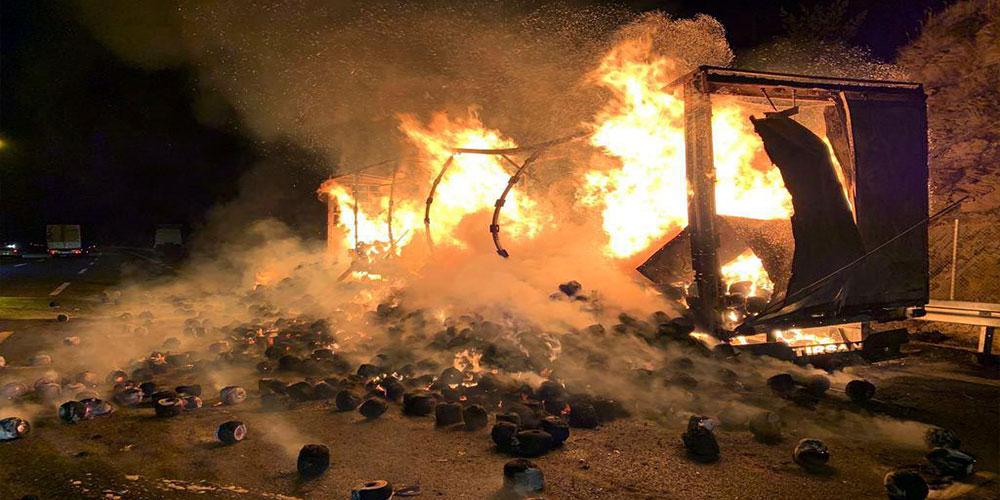 TEM'de tekstil malzemesi yüklü iki TIR yandı